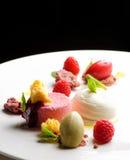Dessert pranzante fine, parfait del lampone, gelato, cioccolata bianca Fotografie Stock