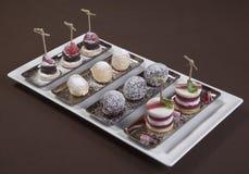 Dessert romantico Piatto di dessert sul ristorante da portare in tavola Gelato, frutta e biscotti del cioccolato Ristorante roman Fotografia Stock Libera da Diritti