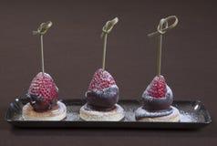 Dessert romantico Piatto di dessert sul ristorante da portare in tavola Gelato, frutta e biscotti del cioccolato Ristorante roman Immagini Stock Libere da Diritti
