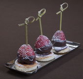 Dessert romantico Piatto di dessert sul ristorante da portare in tavola Gelato, frutta e biscotti del cioccolato Ristorante roman Fotografie Stock Libere da Diritti