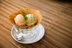Dessert, Roomijs in glas, Vanille en avocadosmaak Stock Afbeeldingen