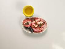 Dessert rosa delizioso con budino e maccheroni decorati con immagine stock libera da diritti