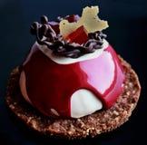 Dessert rosso e bianco con la decorazione del cioccolato, la gelatina rossa e la base del biscotto immagini stock libere da diritti