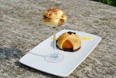 Dessert : rotation de tiramisu et de pêche Photographie stock libre de droits
