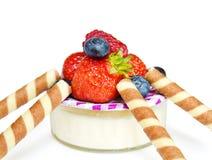 Dessert sain avec du yaourt et la fraise Image stock