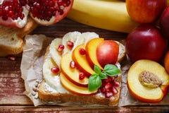 Dessert sain de petit déjeuner Grillez avec le fromage fondu, banane, pêche, nectarine, grenade Photo libre de droits