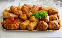 Dessert saporito con frutta e carne sul banchetto immagine stock