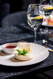 Dessert saporito con i bicchieri d'acqua sulla tavola in ristorante Fotografia Stock Libera da Diritti