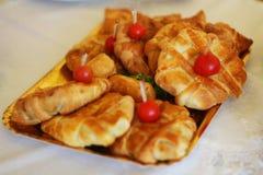 Dessert savoureux avec la pâte sur le banquet image libre de droits