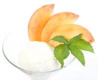 Dessert savoureux de crême glacée avec la pêche Photo libre de droits