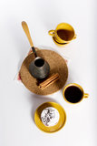 Dessert savoureux de la plaque ronde avec la cuvette de coffe Images stock