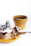 Dessert savoureux de la plaque ronde avec la cuvette de coffe Image libre de droits