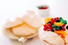Dessert savoureux de vacherin avec la meringue, la crème et le fruit blancs Photo libre de droits
