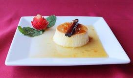 Dessert spagnolo di Flan Postre con le fragole fotografia stock libera da diritti