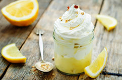 Dessert stratificato con la crema del limone, il gelato e la panna montata Fotografia Stock