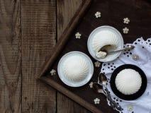 Dessert su un fondo di legno Fotografia Stock Libera da Diritti