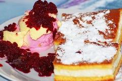 Dessert su un piatto immagine stock