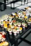 Dessert sulla tavola nera Tiramissu Dolce buffet festival Articolo da cucina alla moda Fotografie Stock
