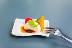 Dessert sur le plat blanc Images libres de droits