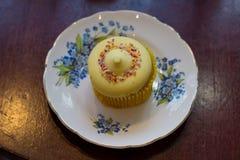 Dessert sur une soucoupe mignonne Photo libre de droits