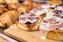 Dessert svedese tradizionale Pane del rotolo di Cinnabon, forno casalingo Vendita sul contatore in un caffè Fotografia Stock