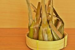 Dessert tailandese avvolto con le foglie della banana e le foglie della noce di cocco sulle sedere Fotografia Stock