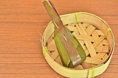 Dessert tailandese avvolto con le foglie della banana e le foglie della noce di cocco sulle sedere Fotografia Stock Libera da Diritti