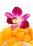 Dessert tailandese dorato sul piatto immagine stock
