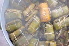 Dessert tailandese fatto dalla banana e dal riso glutinoso, involucro con la foglia della banana fotografia stock libera da diritti