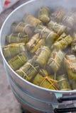 Dessert tailandese fatto dalla banana e dal riso glutinoso, involucro con la foglia della banana immagini stock