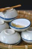 Dessert tailandese fatto di latte di cocco sul canestro di legno, Pandan cotto a vapore Fotografie Stock