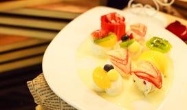Dessert tailandese: gelatina mista tropicale del latte di cocco della frutta sul piatto bianco Immagini Stock