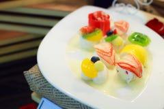 Dessert tailandese: gelatina mista tropicale del latte di cocco della frutta sul piatto bianco Fotografia Stock Libera da Diritti