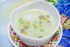 Dessert tailandese, perle del riso di Sticy in latte di cocco con l'uovo affogato fotografie stock libere da diritti
