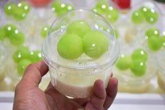 Dessert tailandese - sagù del melone a disposizione, imballato in un vetro di colore luminoso, molto appetitoso Fotografia Stock Libera da Diritti