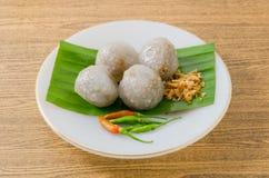 Dessert thaïlandais des boules de tapioca remplies du porc haché photo stock