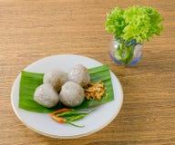 Dessert thaïlandais des boules de tapioca servies avec de la laitue image stock