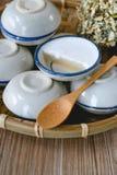 Dessert thaïlandais fait de lait de noix de coco sur le panier en bois, Pandan cuit à la vapeur Images stock