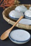 Dessert thaïlandais fait de lait de noix de coco sur le panier en bois, Pandan cuit à la vapeur Photographie stock libre de droits