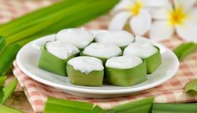 Dessert thaïlandais, pudding avec l'écrimage de noix de coco images stock
