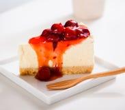 Dessert - torta di formaggio con la salsa delle bacche Immagine Stock