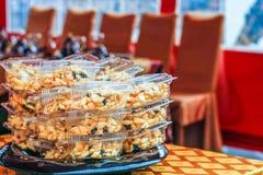 Dessert traditionnel doux dans des boîtes en plastique transparentes sur la table Photographie stock libre de droits