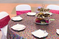 Dessert in a tre livelli sul tavolo da pranzo rotondo cinese Fotografia Stock Libera da Diritti