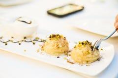 Dessert turc délicieux avec de l'eau la semoule et rose Images stock