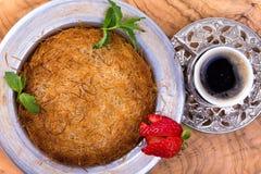 Dessert turc Kunefe sur Olive Tree Trunk Image libre de droits