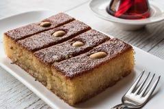 Dessert turc Sambali, Sambaba ou Damas avec le thé Photographie stock libre de droits