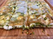 Dessert turco Katmer con la polvere del pistacchio dalla regione di Gaziantep/pronta con il formaggio sottile croccante della pan fotografie stock