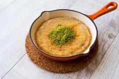 Dessert turco Kunefe con la polvere del pistacchio fotografia stock libera da diritti