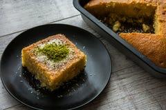 Dessert turco Revani con la polvere del pistacchio fotografie stock libere da diritti