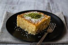Dessert turco Revani con la polvere del pistacchio immagini stock libere da diritti